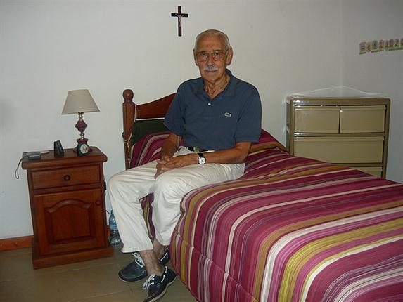 Un rilassato Videla con crocifisso, ritratto nella sua sua cella