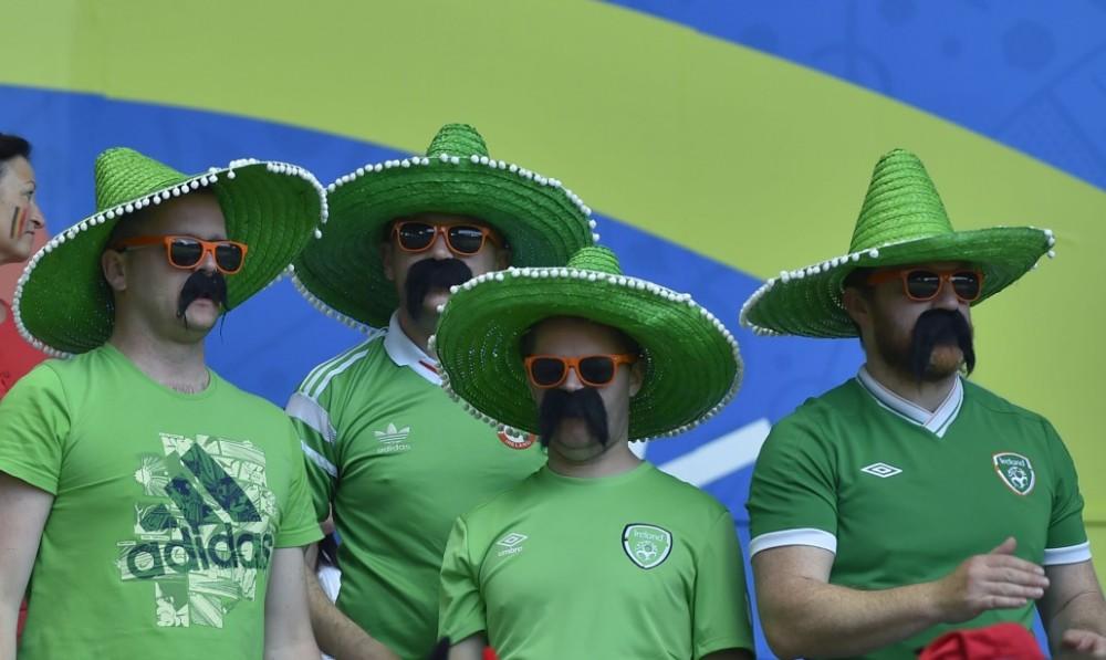 Sobri tifosi Irlandesi mascherati da Messicani