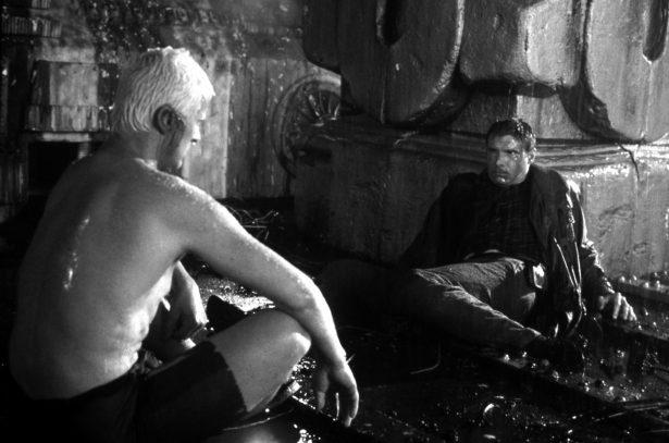 Foto di scena dello scontro finale fra Rutger Hauer / Roy Batty e Deckard/Harrison