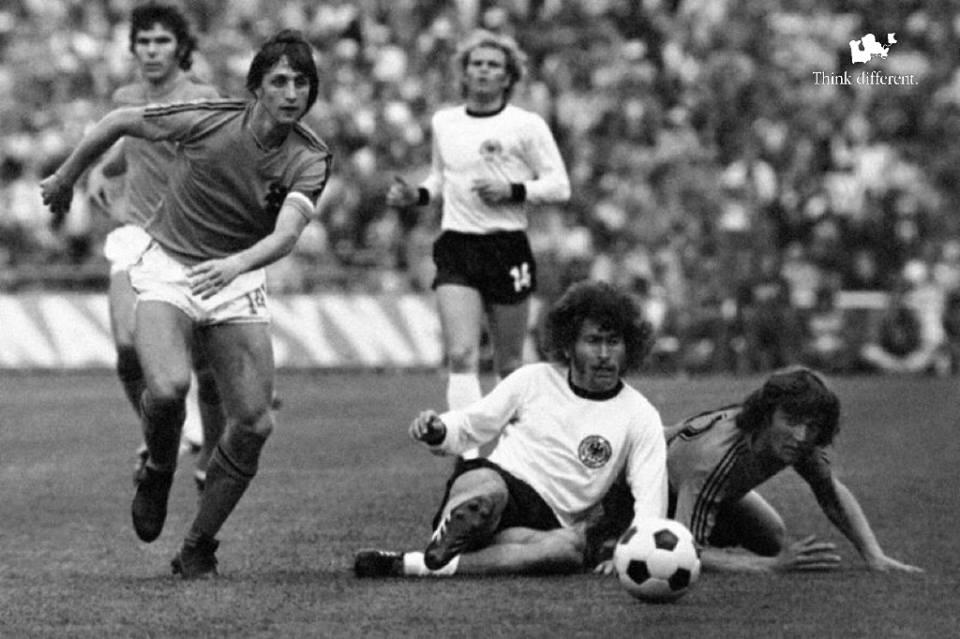 Johan Cruiff in azione contro la Germania dell'ovest