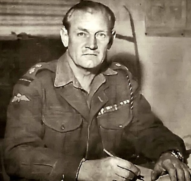 Il Tenente Colonnello John Malcolm Thorpe Fleming Churchill, aka Mad Jack in versiona Errol Flynn.